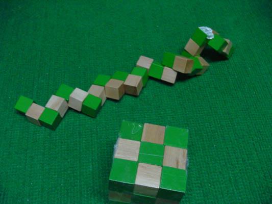 而他发明魔方的第一愿望是来帮助学生们认识空间立方