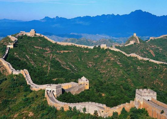 紫禁城(门票60元)(游览时间约为2小时)。约10.30到达古代皇家祭祀上天的场所天坛公园(门票35元)(游览时间约1.5小时) 途中可欣赏到老北京中轴线的北端最高建筑鼓楼和钟楼。餐后前往皇家园林颐和园(门票30元)(游览时间约2小时) 途中可欣赏到北京夏季避暑胜地玉泉山(玉泉塔)。 第二天 08:00到达位于什刹海西北角,始建于十八世纪末,是北京保存最完整的清代王府,堪称什刹海的明珠----恭亲王府(清代乾隆皇帝第一宠臣和珅的府邸)游览时间约为1.